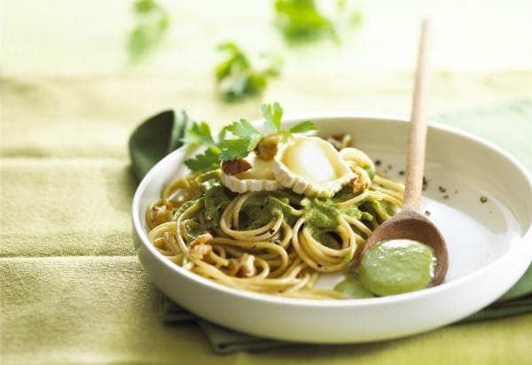 Pasta with spinach, parsley and goat-cheese sauce
